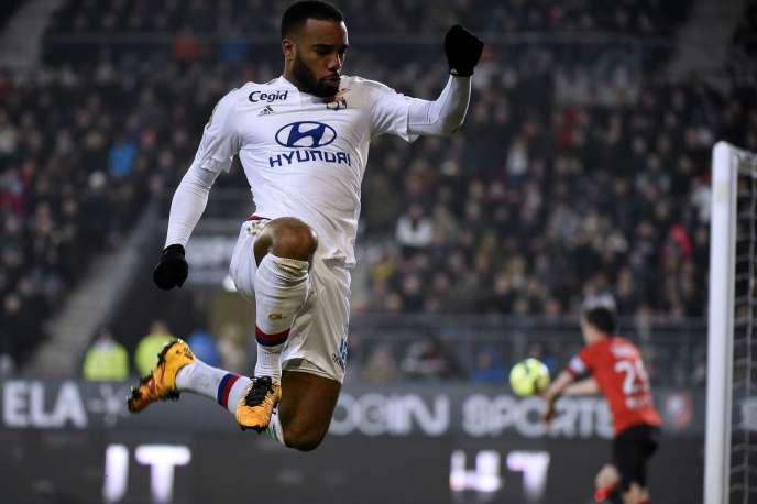 Après l'officialisation du titre du PSG dimanche à Troyes, Alexandre Lacazette et Lyon prétendent au titre de champion du reste de la Ligue 1.