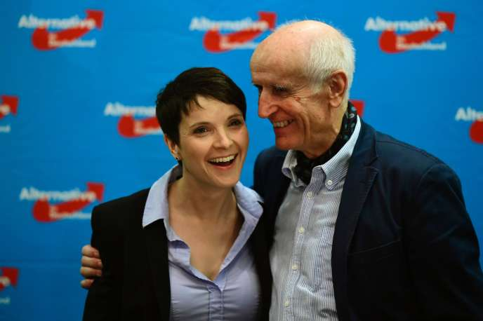 Frauke Petry (à gauche) et Albrecht Glaser, du parti d'extrême droite Alternative pour l'Allemagne (AfD), savourent leur victoire lors des élections régionales du dimanche 13mars.
