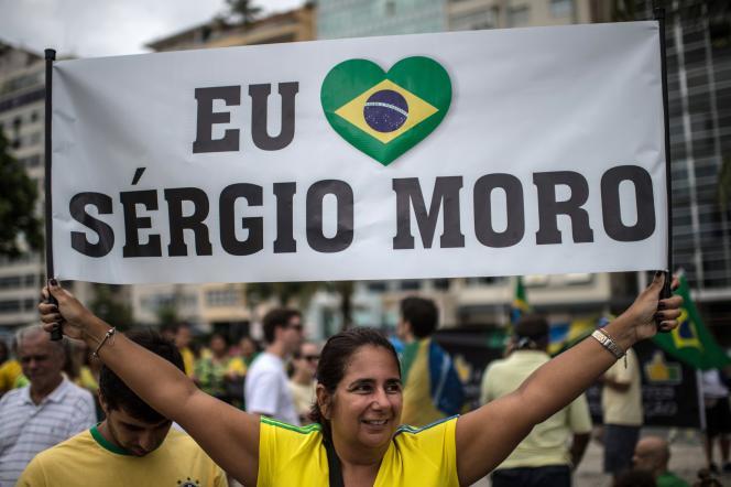 Une banderole en l'honneur de Sergio Moro brandie lors d'une manifestation contre Dilma Rousseff à Rio de Janeiro, le 13 mars.