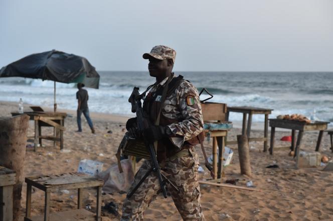 Un soldat ivoirien sur la plage de Grand-Bassam, à 40kilomètres au sud-est d'Abidjan, après l'attaque terroriste du 13mars.
