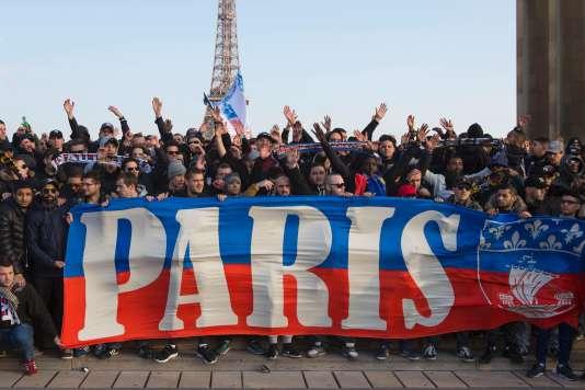 Des supporteurs du PSG célèbrent le titre de champion de France 2016, le 13 mars, au Trocadéro.