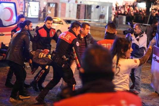 Des secours transportent une victime vers une ambulance, à Ankara, le 13 mars 2016.