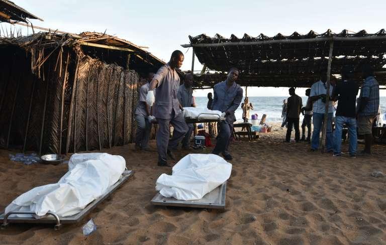 Des corps évacués de la plage de Grand-Bassam, le 13 mars.