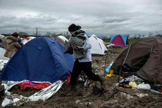 Dans un camp de réfugiés, à la frontière entre la Serbie et la Macédoine, le 13 mars.