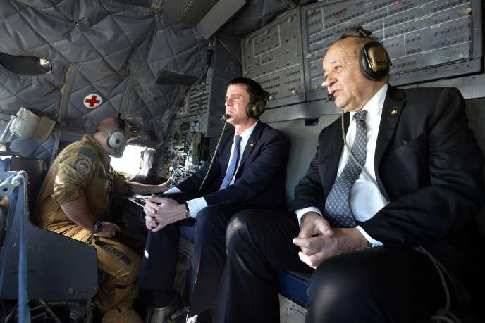 Le premier ministre Manuel Valls et le ministre de la défense, Jean-Yves Le Drian, survolent Gao, dans le nord du Mali, le 19 février 2016.