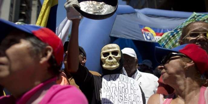 Des manifestants dans les rues de Caracas, samedi 12 mars, demandent le départ du président Nicolas Maduro.