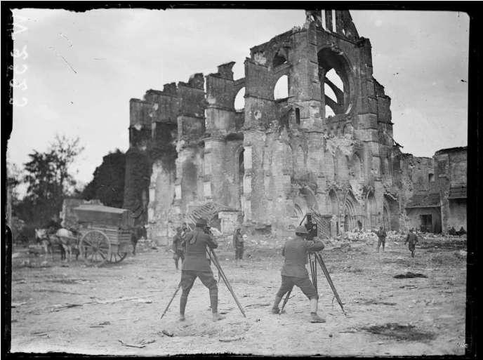 Opérateurs de cinéma français et américains devant les ruines de l'abbaye de Longpont dans l'Aisne, le 20 juillet 1918.