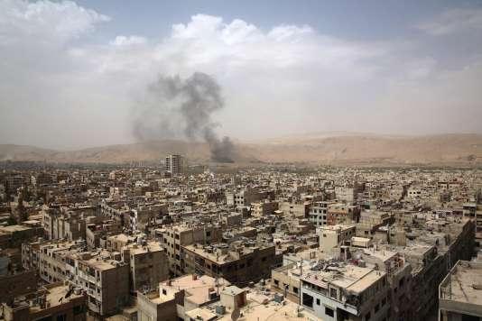 Bombardement aérien, à Douma, une banlieue rebelle située à une dizaine de kilomètres au nord-est de Damas, le 14 septembre 2015.
