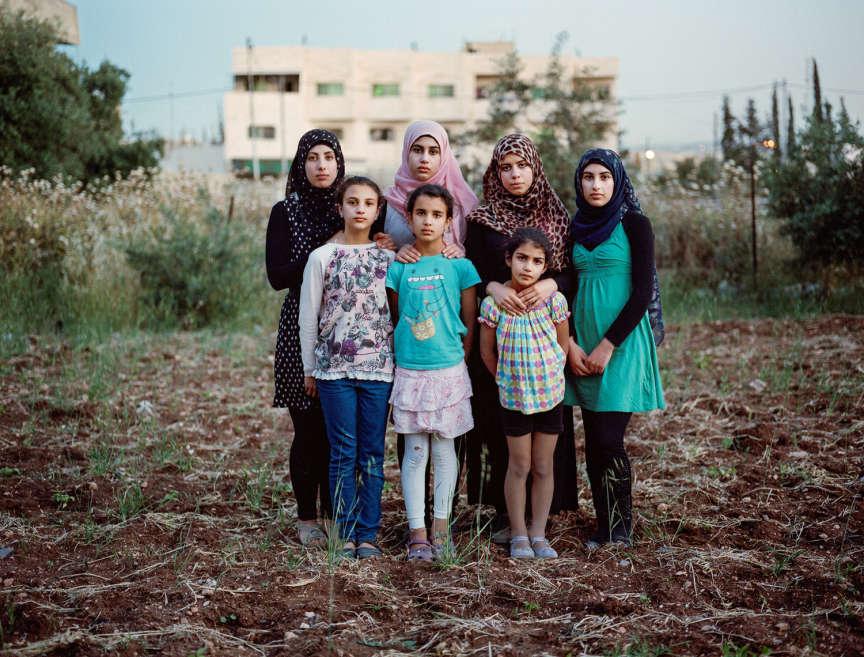 La famille Al-Zanghari a quitté la Jordanie pour s'installer en Norvège. Le père est arrivé seul en 2002 puis a fait venir son épouse  et ses filles entre 2004 et 2010. Ci-dessus, Doaa, Israe, Gofran,  Mona (de gauche à droite, rang du haut), Bayan, Sara et Nora  (rang du bas). Ces deux dernières, aujourd'hui âgées de 9 et 7 ans,  sont nées en Norvège. En 2013, la police a surgi chez eux en  pleine nuit pour les expulser. M. Al-Zanghari se serait fait passer  pour un Palestinien apatride afin d'obtenir l'asile politique.