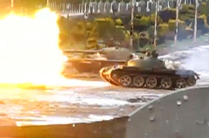 Capture d'écran d'une vidéo montrant des tanks de l'armée syrienne dans le quartier de Bab Amro, à Homs, en février 2012.