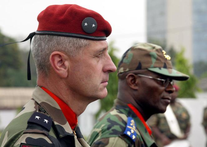 Le général Emmanuel Beth, commandant des forces de l'armée française en Côte-d'Ivoire, avec le chef des Forces armées ivoiriennes, Matias Doue, en 2003, au cours d'une cérémonie militaire tenue à Abidjan.