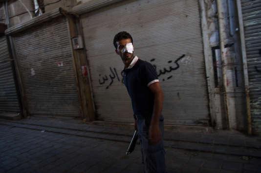 Un rebelle syrien blessé, dans le quartier de Bab Al-Nasr, à Alep, le 14 août 2012.