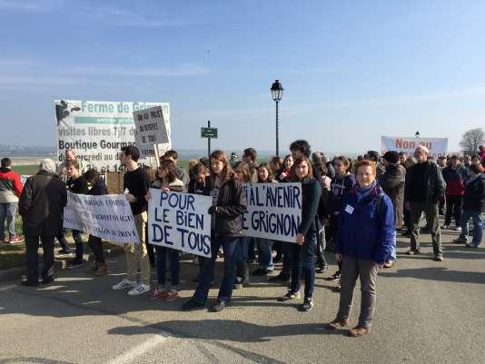 Les étudiants et les personnels d'AgroParisTech, lors de la manifestation à Thiverval-Grignon (Yvelines), samedi 12 mars, contre la vente du domaine et l'arrivée du PSG.