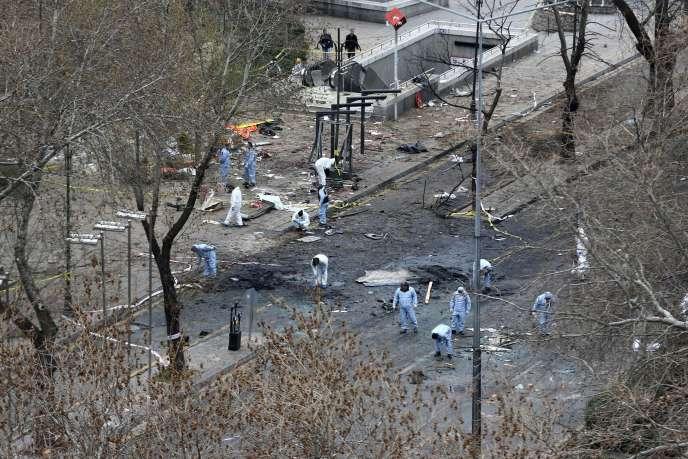 Des experts analysent les lieux de l'attentat, place Kizilay, au centre d'Ankara, lundi 14 mars 2016.