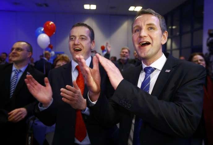 Bjoern Hoecke ( à droite), candidat à Magdeburg du parti anti-immigration Alternative für Deutschland («Alternative pour l'Allemagne») fête les bons résultats de l'élection locale, dimanche soir.