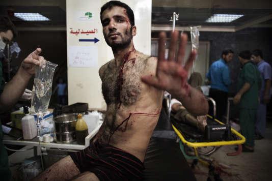 Un rebelle syrien attend de recevoir des soins dans un hôpital d'Alep, le 18 septembre 2012.