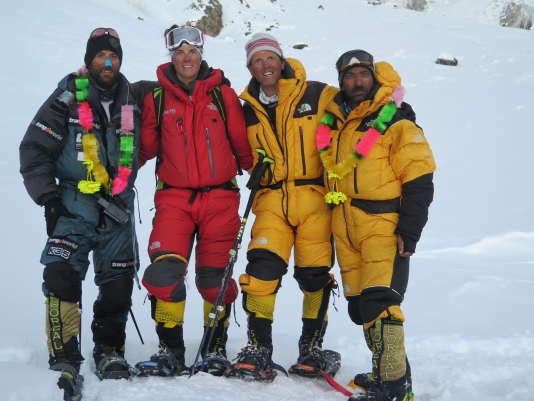 De gauche à droite, Alex Txikon, Tamara Lunger, Simone Moro et Ali Sadpara de retour au camp de base