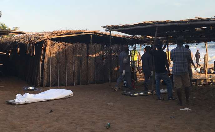 Des corps sur la plage de Grand-Bassam en Côte d'Ivoire, après l'attaque terroriste du 13 mars 2016.