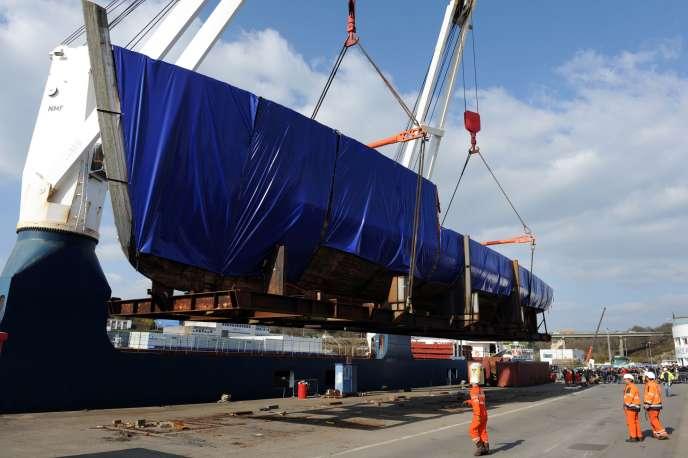 La «Calypso» est chargée sur un cargo en direction de la Turquie, dans le port de Concarneau, en Bretagne, le 14 mars 2016.