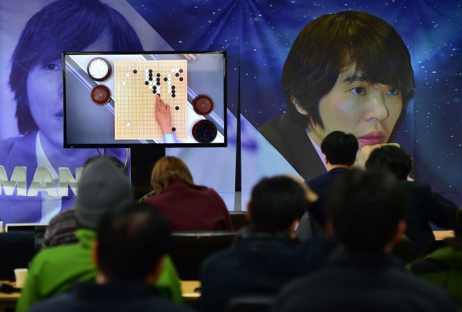 Des passionnés de jeu de Go regardent la retransmission télévisée de la partie opposant Lee Se-Dol à l'ordinateur AlphaGo, le 9 mars 2016 à Seoul en Corée.