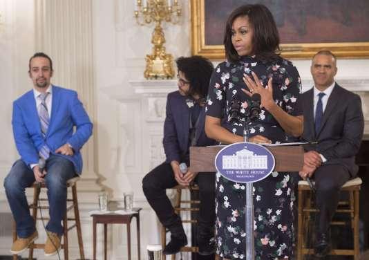 """Michelle Obama, avec derrière elle (de gauche à droite), trois membres de l'équipe de la comédie musicale """"Hamilton"""" : Lin-Manuel Miranda, Daveed Diggs et Christopher Jackson, à la Maison Blanche, le 14 mars 2016."""