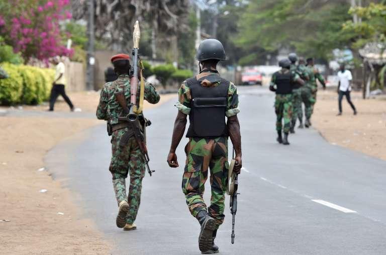 Des soldats ivoiriens patrouillent dans les rues de Grand-Bassam, le 14 mars 2016, après l'attaque terroriste de la veille.