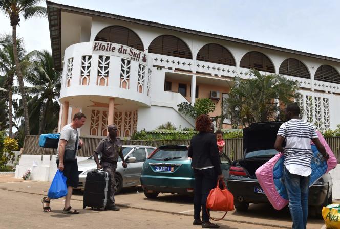 Des clients quittent l'hôtel Etoile du Sud, un des sites ciblés par l'attaque terroriste, dans la cité balnéaire de Grand-Bassam, en Côte d'Ivoire, le 14 mars.