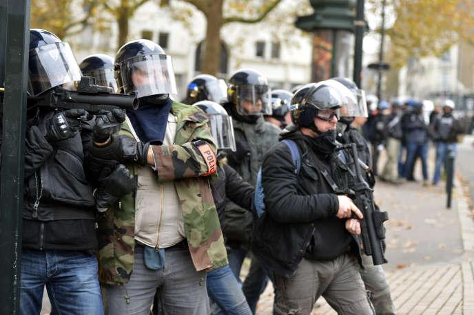 Des policiers armés de Flash-Ball durant une manifestation contre les violences policières à Nantes en novembre 2014.