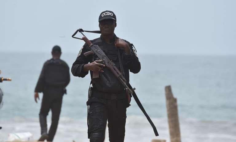 Un soldat en patrouille sur la plage de Grand-Bassam, lundi 14 mars.