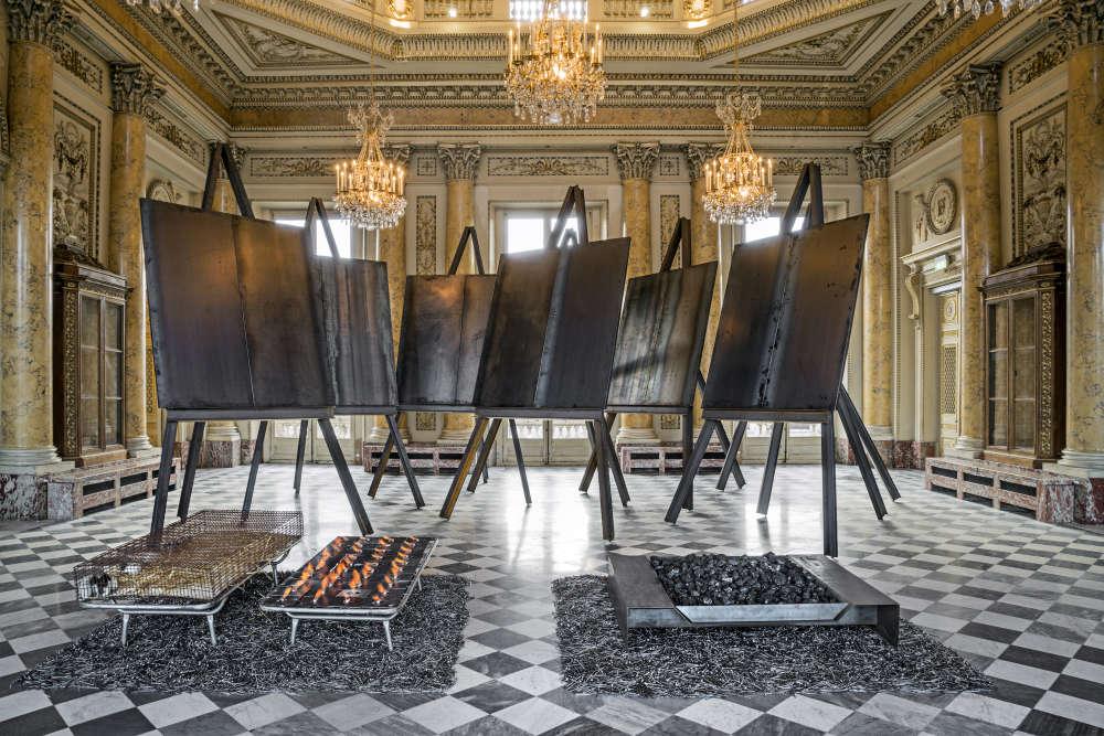 """« Ce nouveau projet investit le Salon d'honneur du XVIIIe siècle. Un hommage rendu aussi à certains peintres dont l'artiste a inscrit les dates de naissance sans les noms (1798 : Delacroix, 1853 : Van Gogh, 1881 : Picasso…) – lui qui, avec d'autres artistes du mouvement Arte povera, a su """"sortir du cadre"""". »"""