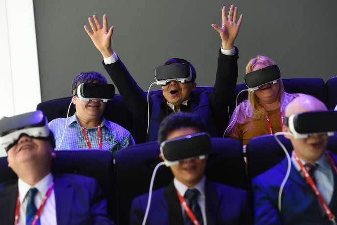Des visiteurs essaient le nouvel 'Oculus VR' de Samsung lors du Mobile World Congress de Barcelone le 22 février 2016.