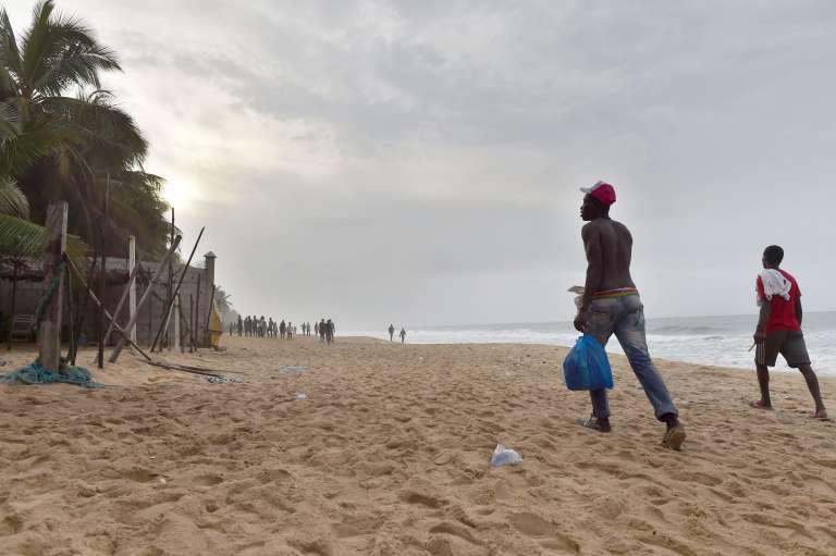 Sur la plage de Grand-Bassam, le 14 mars, au lendemain de l'attaque terroriste qui a fait au moins 18 morts.