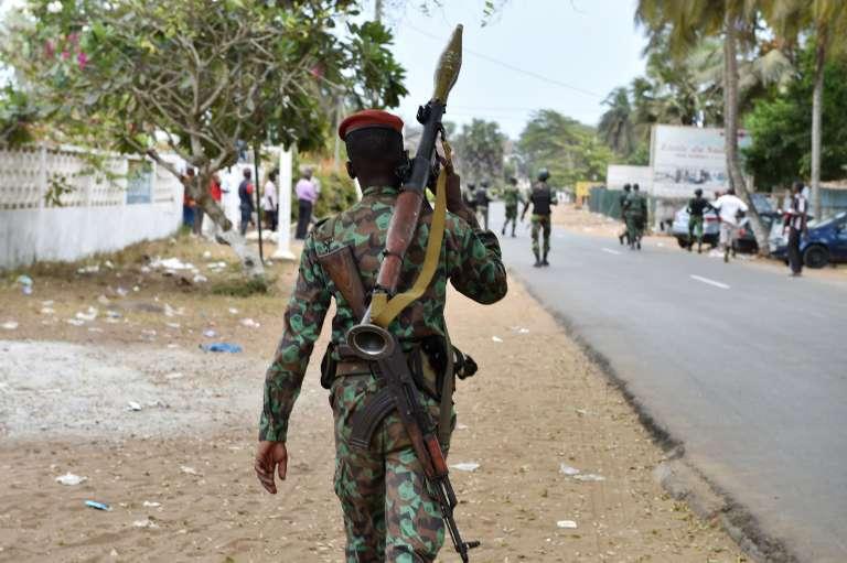 Un soldat ivoirien dans les rues du Grand-Bassam, en Côte d'Ivoire, lundi 14 mars.