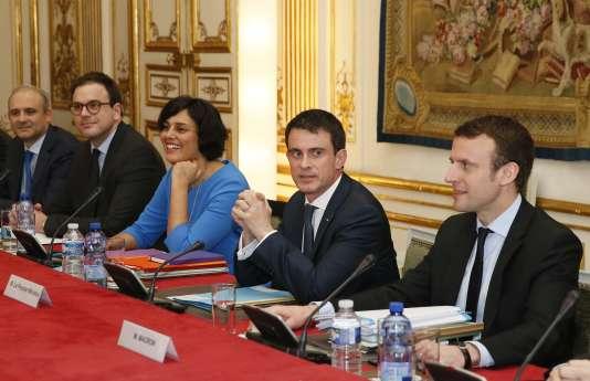 Emmanuel Macron, Manuel Valls et Myriam El Khomri s'entretiennent avec les syndicats à l'Hôtel Matignon, lundi 14 mars à Paris.