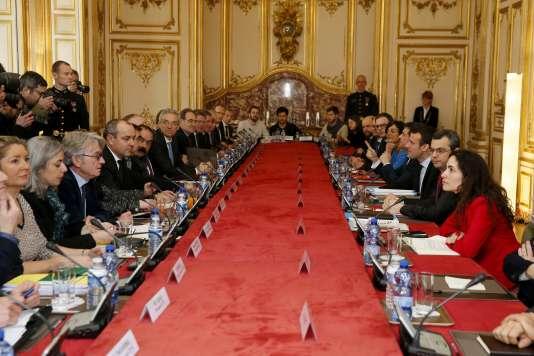 Le premier ministre, Manuel Valls, s'entretient avec les syndicats à l'Hôtel Matignon, lundi 14 mars, à Paris.