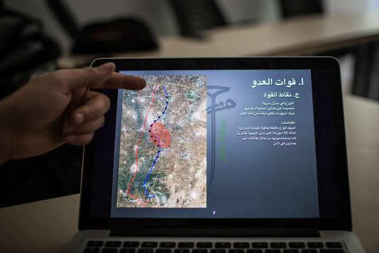 """Extrait du plan secret, visant à expulser l'organisation Etat islamique de la province d'Alep, élaboré à l'été 2014, par la brigade rebelle Hazzm, en concertation avec les services secrets américains. Le document présenté à l'écran détaille """"les points forts des forces ennemies"""", le long de la ligne de front, au nord d'Alep."""