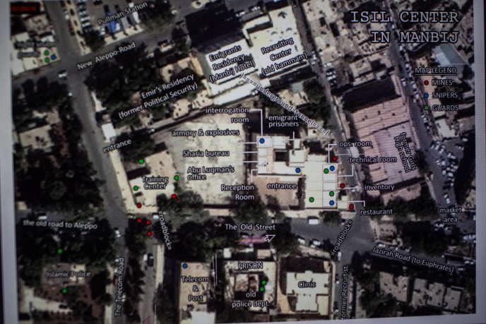 Photo satellite légendé, transmise par des opposants syriens, en 2013 ou 2014, aux services secrets américains. Il s'agit du complexe servant de quartier général à l'organisation Etat islamique à Manbij, une ville du nord de la Syrie. Elle fait apparaître le centre d'entraînement des djihadistes, l'hôtel hébergeant les recrues étrangères, la prison, la clinique, ainsi que l'emplacement de mines, de snipers et de gardes.