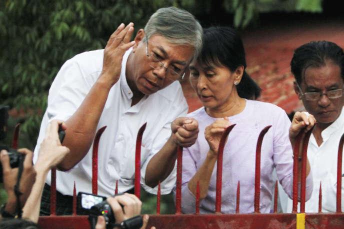 Htin Kyaw, le 13 novembre 2010 aux côtés de Aung San Suu Kyi.