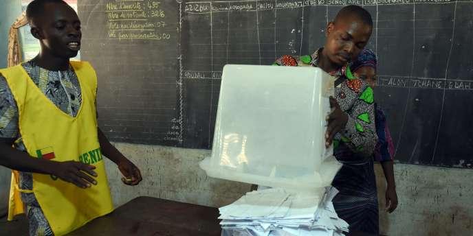 Dépouillement des bulletins dans un bureau de vote de Cotonou lors du premier de tour de la présidentielle le 6 mars.