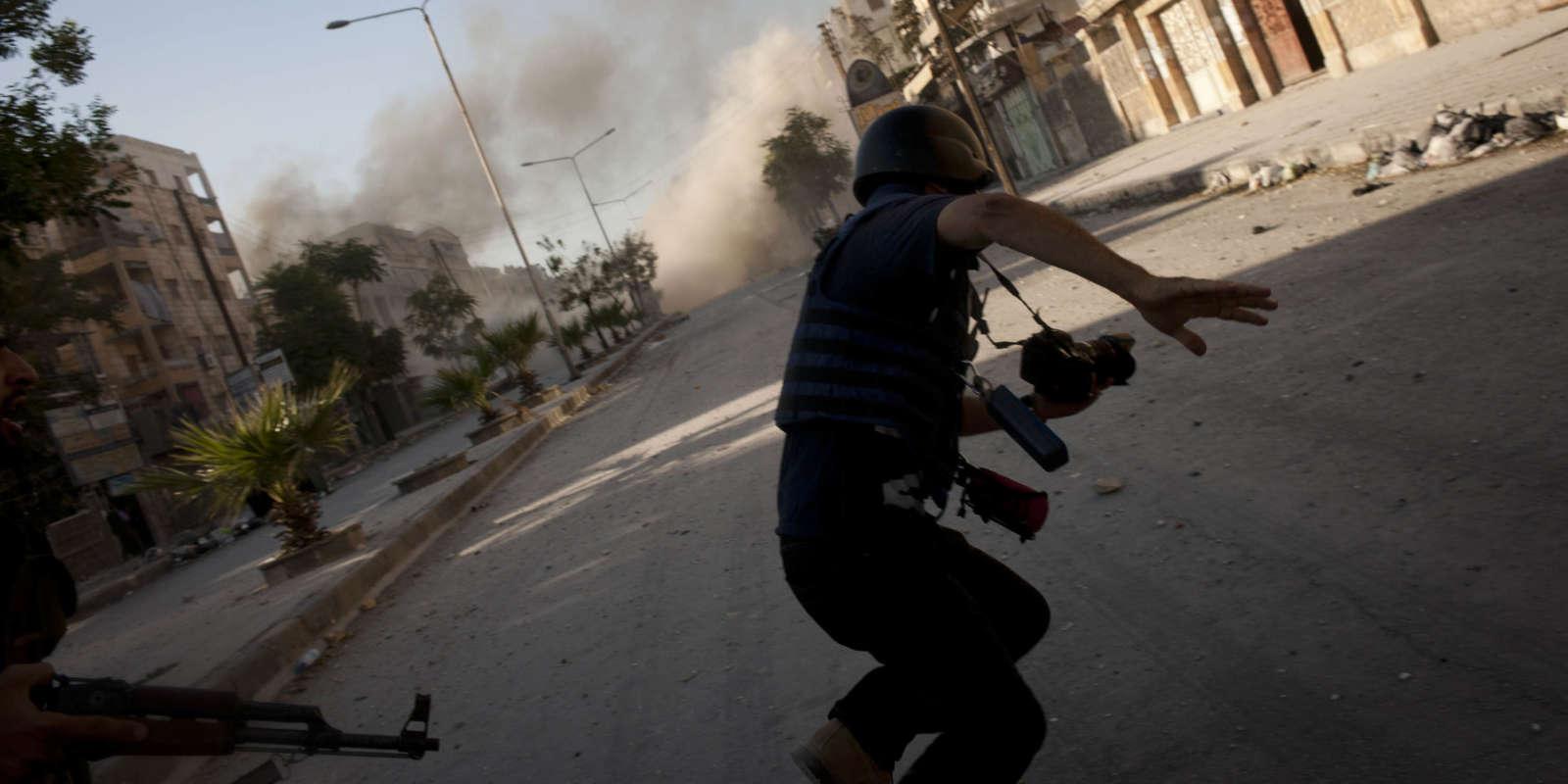 Un journaliste couvre les combats à Alep en 2012.
