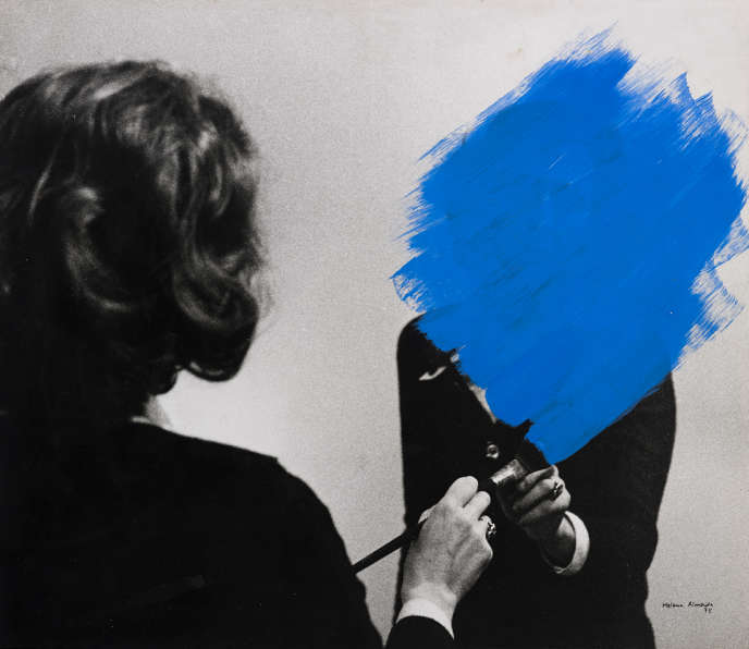 « Pintura habitada » [« Peinture habitée »], 1975, de Helena Almeida.  Collection Fundação de Serralves – Museu de Arte Contemporânea, Porto.