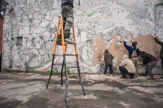 L'artiste urbain Blu a décidé d'effacer, dans la nuit de vendredi 11 à samedi 12 mars, toute trace de son travail dans la ville de Bologne dont il est originaire.