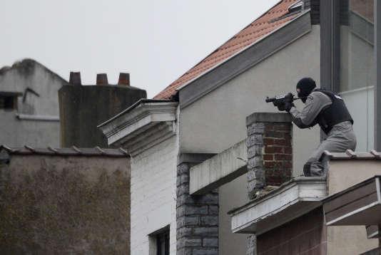 Un membre des forces spéciales en position sur un toit à Forest, le 15 mars 2016.