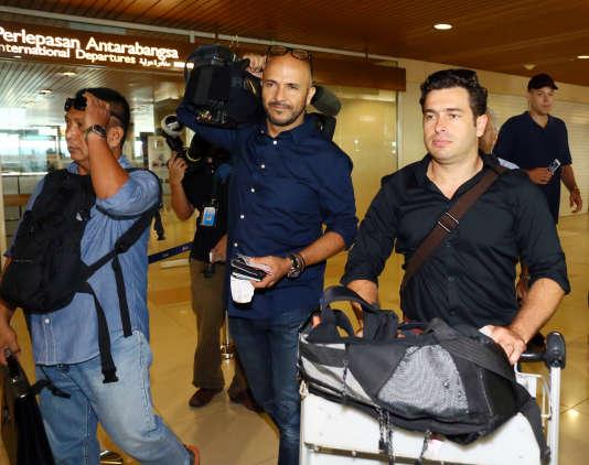 Les journalistes australiens Louie Eroglu et Linton Besser lors de leur départ de l'aéroport de Sarawak, mardi 15 mars.
