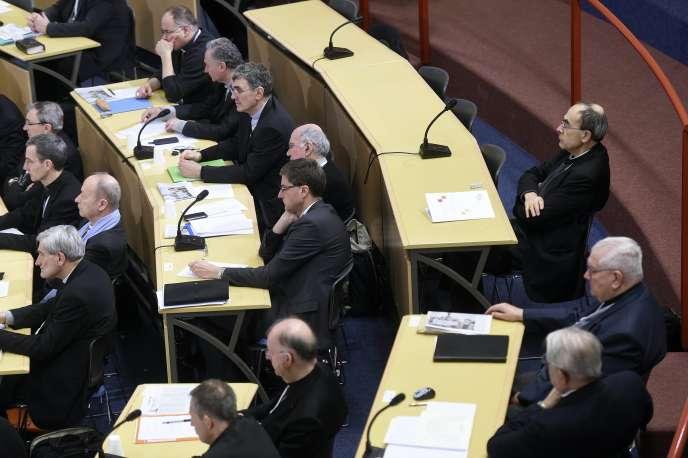 Le cardinal Philippe Barbarin (en haut à droite) participe à l'assemblée des évêques de France, à Lourdes, le 15mars.