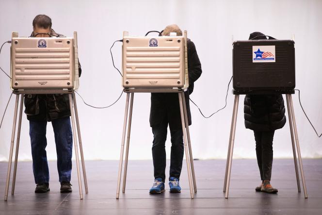 Des électeurs procèdent au vote à la Chicago High School for the Arts, le 15 mars.