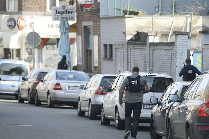 Des forces de l'ordre pendant la fusillade à Forest, mercredi 16 mars.  / AFP / BELGA / DIRK WAEM