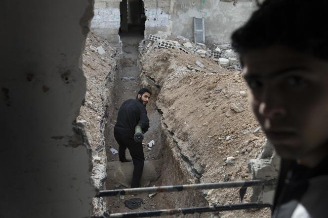 Jobar, Damas, Syrie. 4 Avril 2013. Les combattants de l'ASL de Liwa Tahrir d'Al Sham se déplacent sur la ligne de front de Jobard.