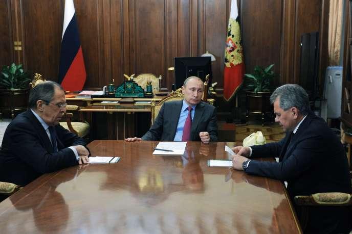Vladimir Poutine avec ses ministres des affaires étrangères, Sergueï Lavrov (à gauche), et de la défense, Sergueï Choïgou (à droite).