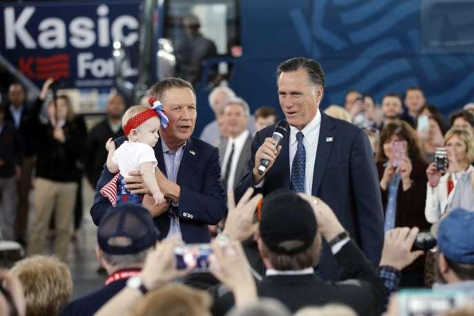Le gouverneur d'Ohio, John Kasich (à gauche), avec le candidat républicain à la présidentielle de 2012, Mitt Romney, le 14mars, à North Canton (Ohio).